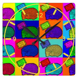 Libere el arte pop colorido del erizo de los abraz reloj cuadrado