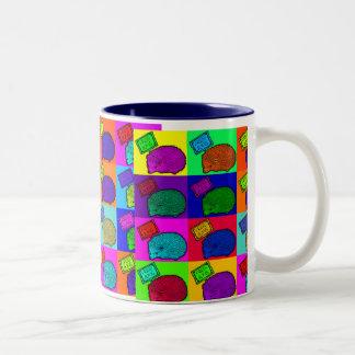 Libere el arte pop colorido del erizo de los abraz taza de café
