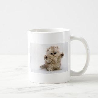Libere el gatito de los abrazos taza de café