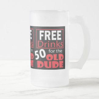 Libere las bebidas para el tipo del cumpleaños de taza de cristal
