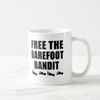 Libere las camisetas descalzas del bandido taza