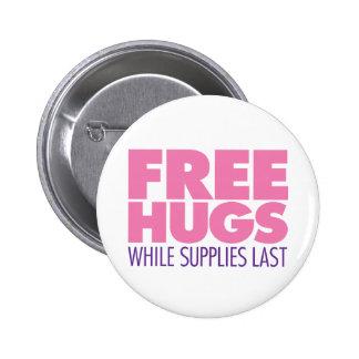 Libere los abrazos mientras que las fuentes duran  pin redondo de 2 pulgadas
