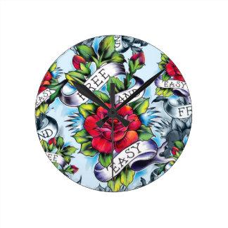 Libere - y - los rosas y la bandera fáciles del ta reloj redondo mediano