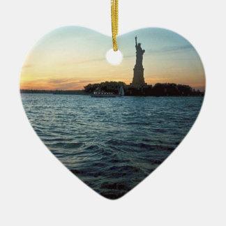 Libertad en el ornamento del corazón de la puesta  adorno para reyes
