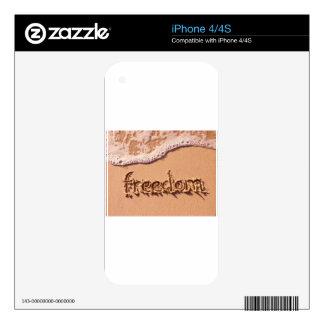 Libertad escrita dentro de la arena entre las onda calcomanías para iPhone 4