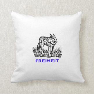Libertad - lobo en región salvaje almohada