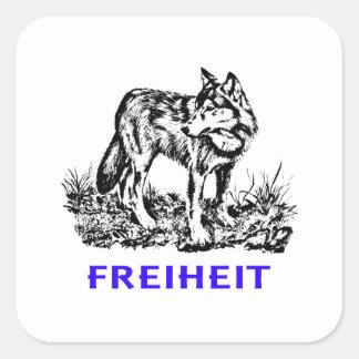 Libertad - lobo en región salvaje pegatina cuadrada