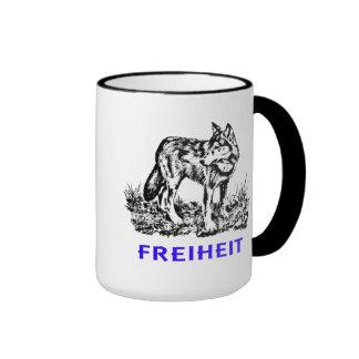 Libertad - lobo en región salvaje taza a dos colores
