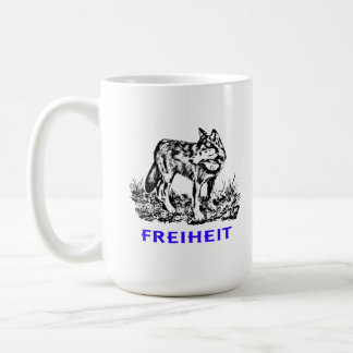 Libertad - lobo en región salvaje taza básica blanca