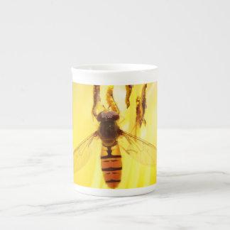 libración en un lirio amarillo taza de porcelana