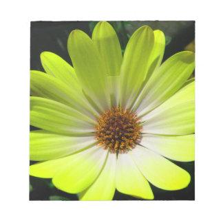 Libreta amarilla fluorescente de la flor de la mar bloc de notas