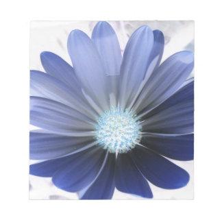 Libreta azul que brilla intensamente de la flor de libreta para notas