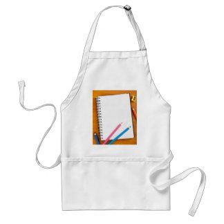 Libreta con los lápices del color delantal