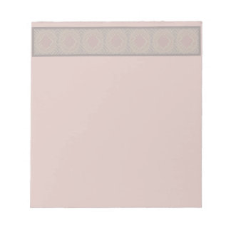 Libreta rosada suave con el modelo geométrico en l libreta para notas
