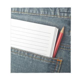 Libreta y lápiz en bolsillo de los vaqueros blocs de notas