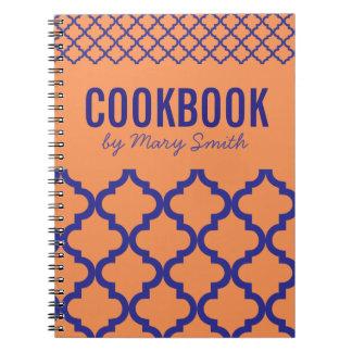 Libro de cocina anaranjado con el cuaderno de
