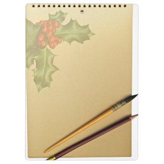 Libro de la mano con la pluma y el lápiz