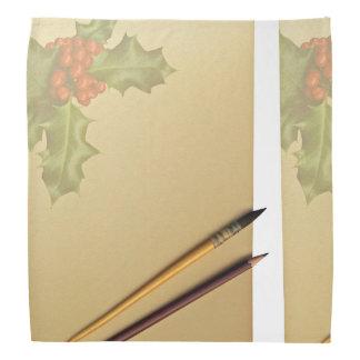 Libro de la mano con la pluma y el lápiz bandana