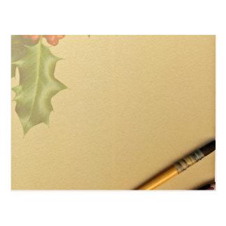 Libro de la mano con la pluma y el lápiz postal