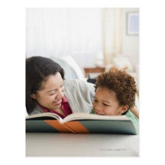 Libro de lectura de la madre de la raza mixta al postales