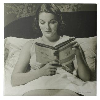 Libro de lectura de la mujer azulejo cuadrado grande