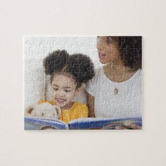 Libro de lectura de la mujer con la hija puzzles con fotos