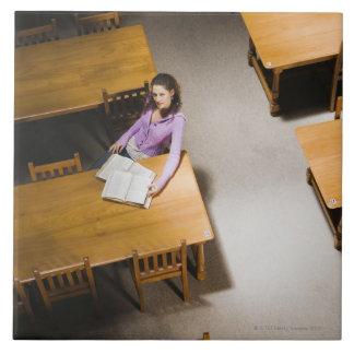 Libro de lectura de la mujer en biblioteca azulejo cuadrado grande