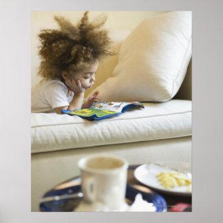 Libro de lectura del muchacho de la raza mixta en  póster