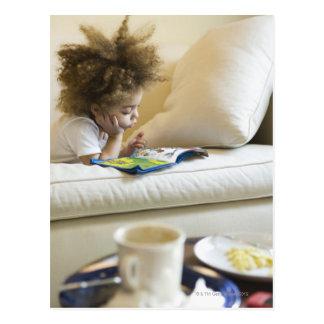 Libro de lectura del muchacho de la raza mixta en tarjetas postales