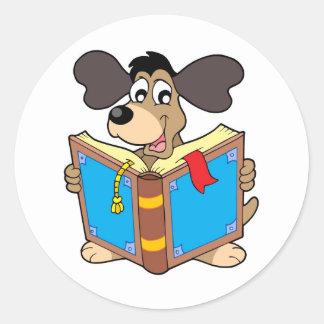 Libro de lectura del perro pegatina redonda