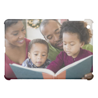 Libro de lectura negro de la familia junto