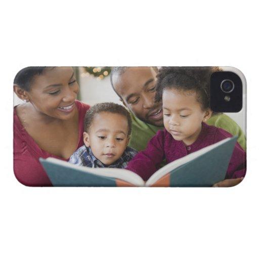 Libro de lectura negro de la familia junto iPhone 4 cárcasas