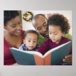 Libro de lectura negro de la familia junto posters