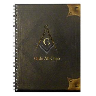 Libro encuadernado de cuero con el cuadrado y el c cuadernos