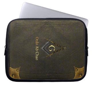 Libro encuadernado de cuero con el cuadrado y el funda ordendadores