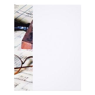 Libro mayor con las lentes y el sello de goma plantilla de membrete