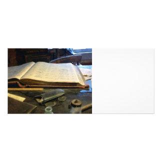 Libro mayor y lentes tarjetas publicitarias