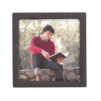 Libro y sentada de lectura del estudiante en la pa cajas de regalo de calidad