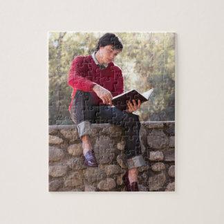 Libro y sentada de lectura del estudiante en la pa puzzle con fotos