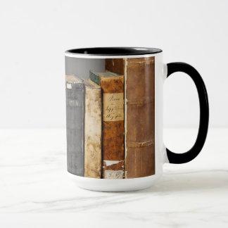 Libros antiguos en la taza de café del estante