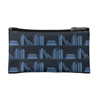 Libros azul marino en estante