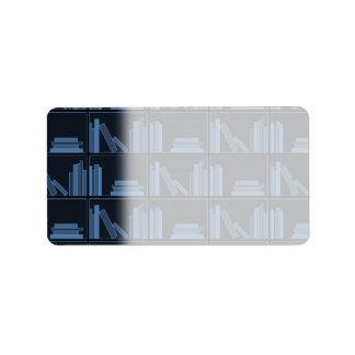 Libros azul marino en estante etiquetas de dirección