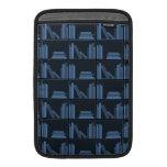 Libros azul marino en estante funda macbook air