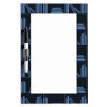 Libros azul marino en estante pizarra blanca