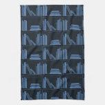Libros azul marino en estante toallas de cocina