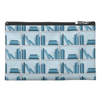 Libros azules en estante