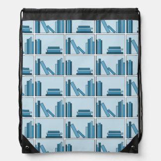 Libros azules en estante mochilas