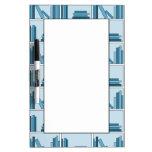 Libros azules en estante pizarra blanca