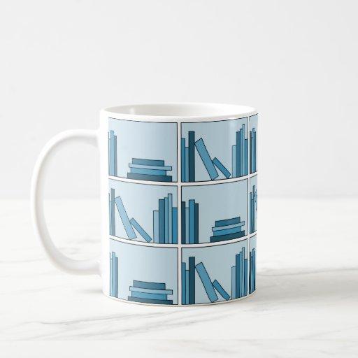 Libros azules en estante taza básica blanca
