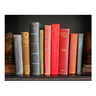 Libros clásicos en un estante postales